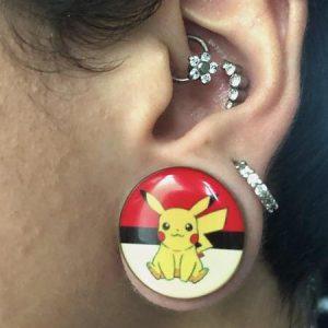 alargador pikachu pokemon, modelo usando alargador tamanho 22mm.