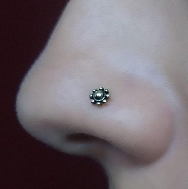 Piercing Nariz Bronze Flor Leilah usando nostril.