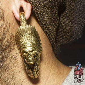 peso de alargador indian skull, modelo usando na orelha.